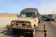 """一位蒙古国女司机驾驶""""嘎斯69""""卡车在口岸等待通关"""