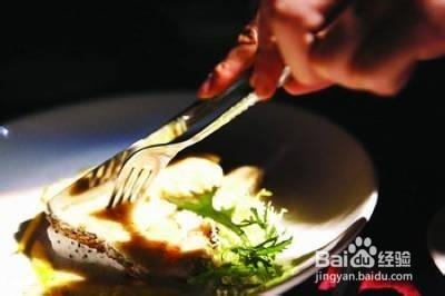 西餐哪只手拿刀_最正确的西餐餐具刀叉的用法/西餐刀叉怎么拿-百度经验
