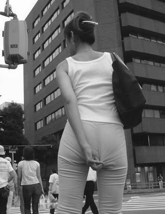 美女,请问你的裤子是因为穿的有点紧吗?