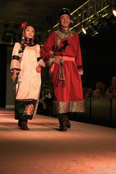 中老年棉袄_达斡尔族男子也穿布制的服装,夏季穿单长袍(嘎嘎日),单 ...