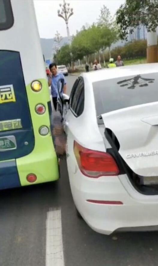 女司机被自己车压死_回复(12) 收起回复