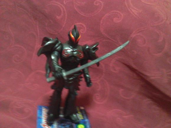 黑暗铠甲图片_暗黑 铠甲应该是有武器的吧。给他配了把刀,还挺合适。