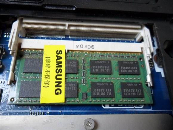 三星g5308w拆机图_两个内存插槽,一个闲置,有升级空间;一根三星2G的DDR3 1067内存