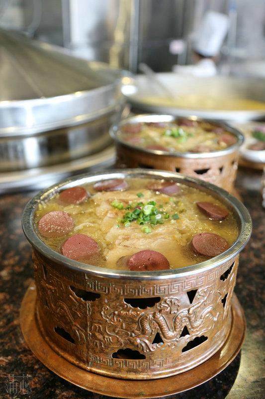 活鸡在锅里的图片_满族酸菜锅要加热吃味道才最好,先吃血肠和五花肉,东北酸菜 ...