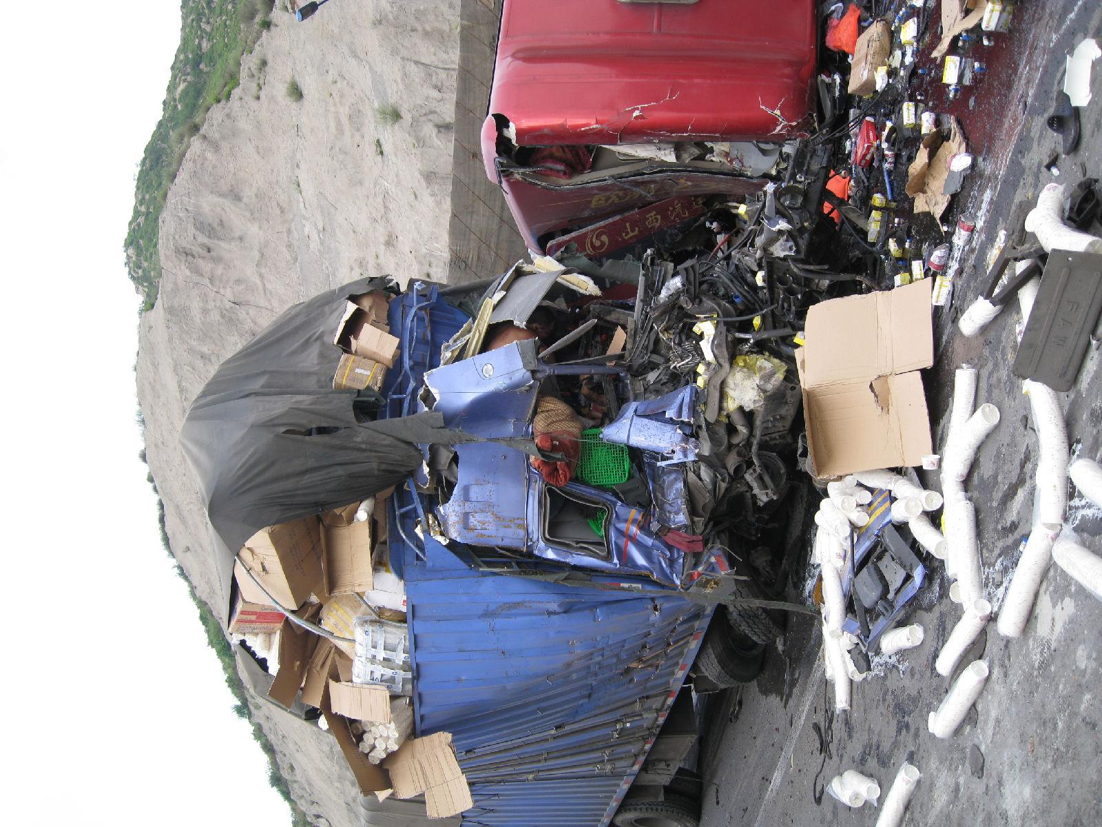 泗水7月8号车祸_8月7日在太长高速堵车八小时惨烈车祸,亲眼见证,大家要求看的 ...